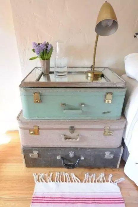 Comodino fai da te con vecchia valigia