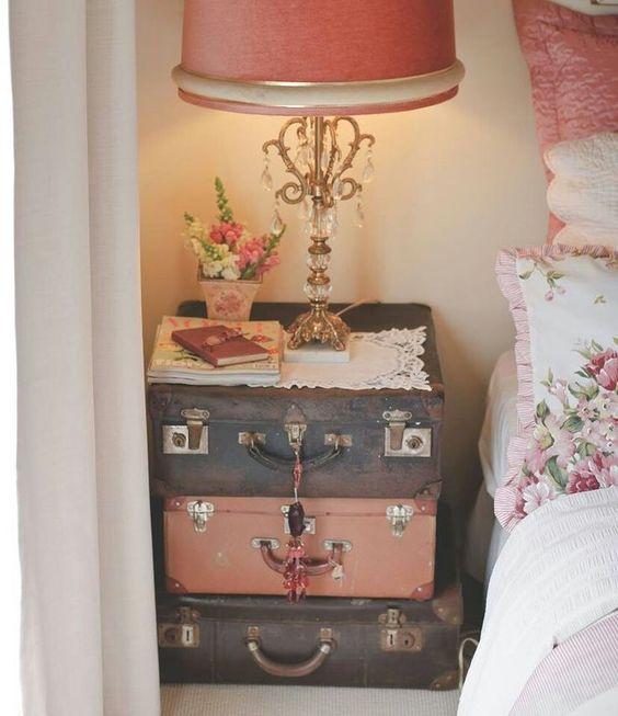 une commode avec de vieilles valises