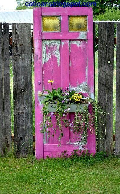 Decorare il giardino riciclando le vecchie porte
