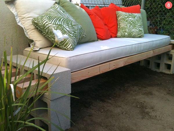 divano con blocchi di cemento
