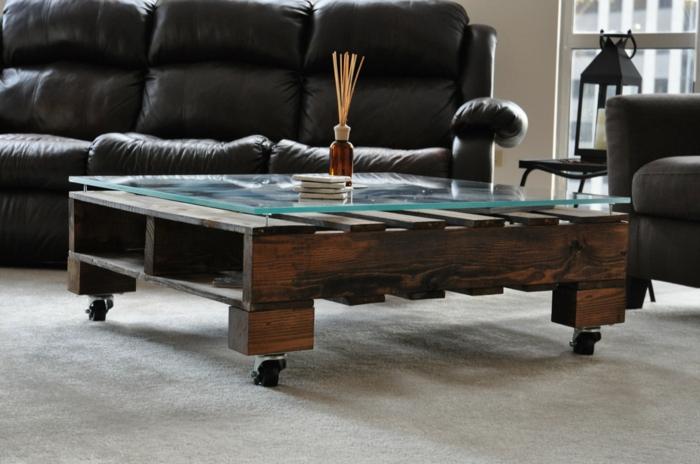 faire-une-table-basse-en-palette-salon-canape-en-cuir1