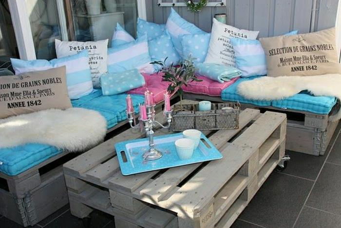 table-basse-avec-palette-idee-creative-jardin-bleu-et-bois1