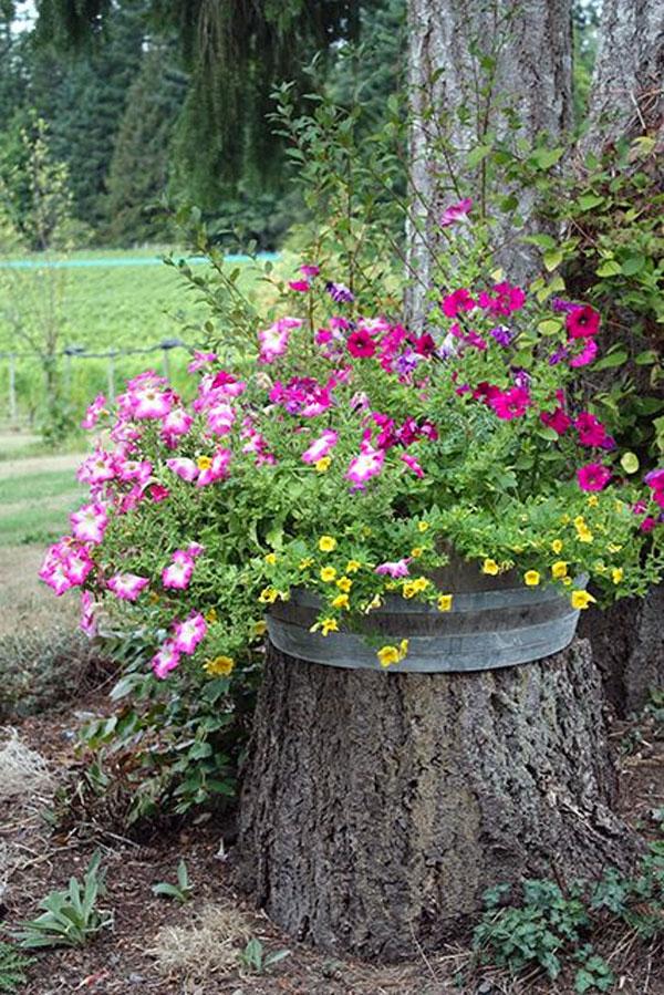 Décorer un tronc avec des fleurs