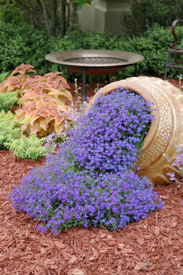 un vase original dans le jardin