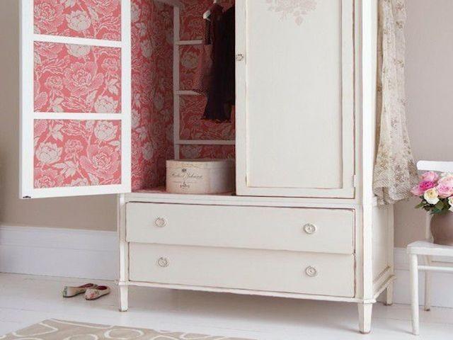 Relooker un meuble avec du papier peint voici 20 id es for Carta da parati adesiva per armadi