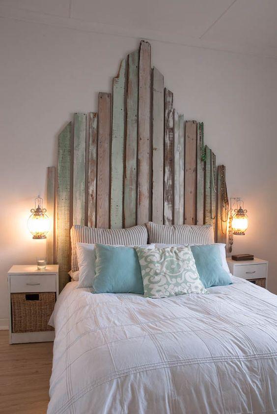 Tête de lit avec des matériaux recyclés
