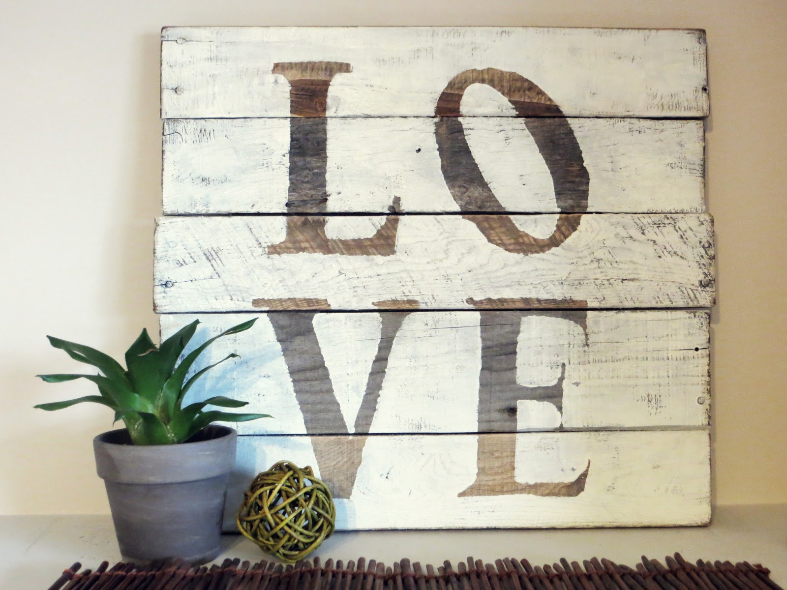 enseigne LOVE en palette
