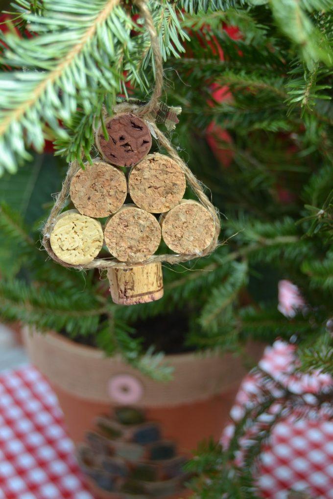 Décorer le sapin de Noel avec des bouchons en liège
