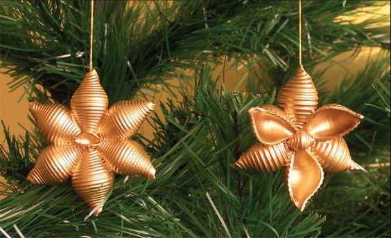 Décorer l'arbre de Noel avec des pates crues