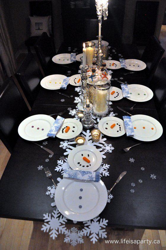 Une table de Noel en forme de bonhomme des neiges