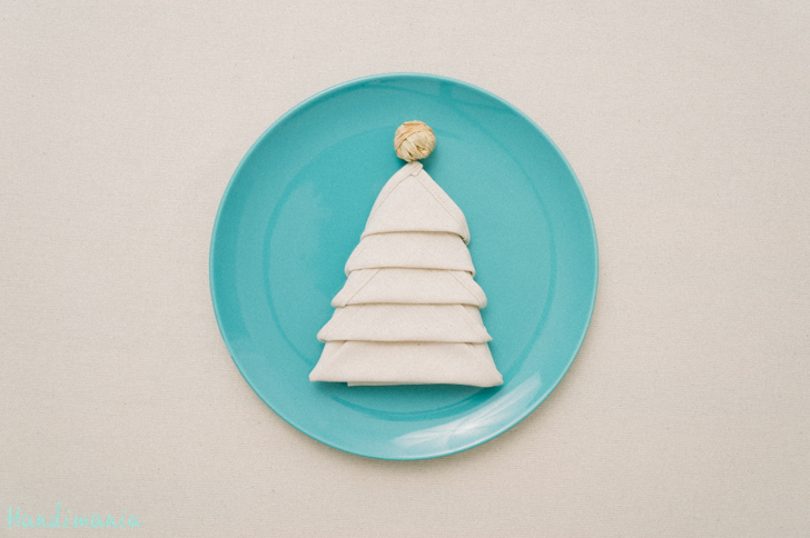 plier une serviette en forme de sapin de Noel