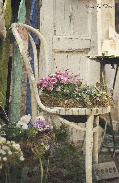 Transformer une vieille chaise en pot de fleurs