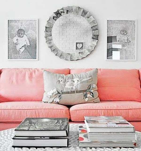 divano rosa con cuscini grigio