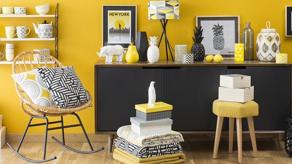 Déco jaune et noir dans le salon