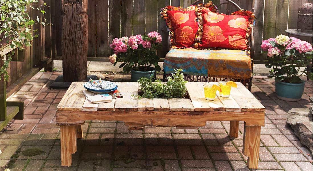 Un tavolino fai da te con fioriera integrata