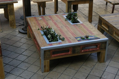 R aliser une table basse avec jardini re int gr e 15 id es inspirantes - Comment transformer une palette en table basse ...