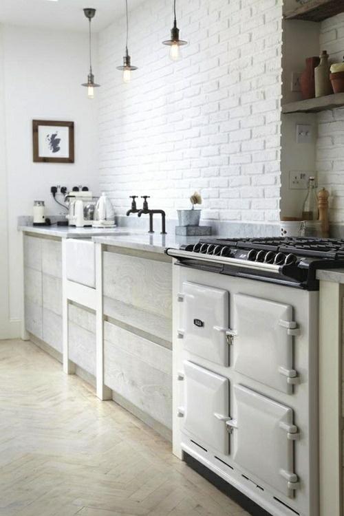 Des pierres blanches apparentes dans la cuisine
