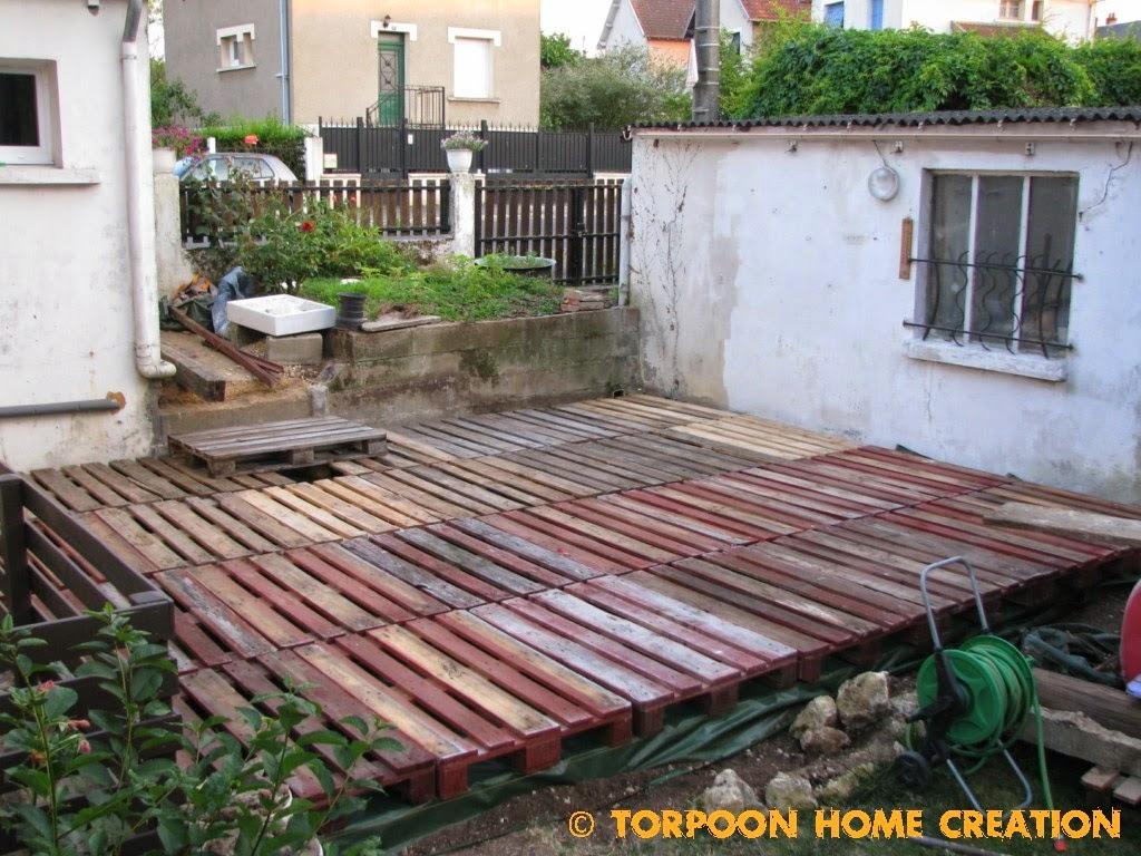 Rev tement de sol en bois de palettes pour le jardin 20 id es inspirantes - Creer son salon de jardin avec des palettes ...
