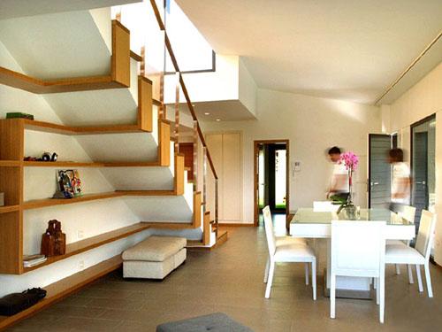 Des étagères déco sous escaliers