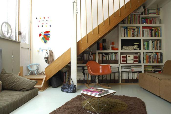 Des tag res d co sous escaliers 20 id es gain de place - Idee deco sous escalier ...