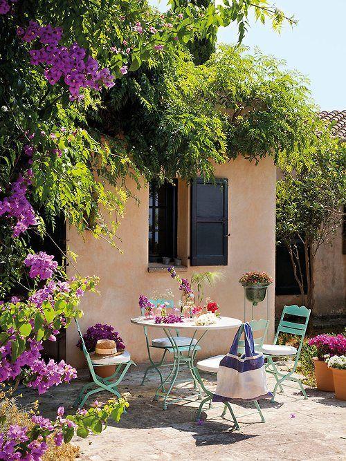 Angolo pranzo in giardino