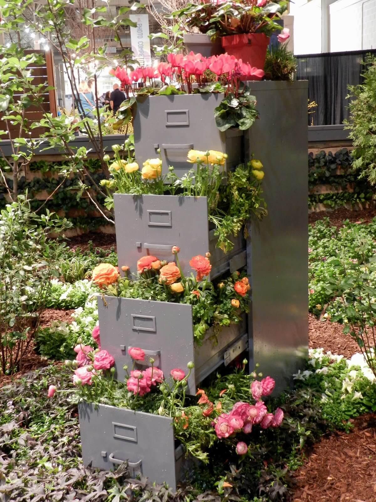 Une colonne de fleurs pour une d co originale 20 id es Deco de jardin originale