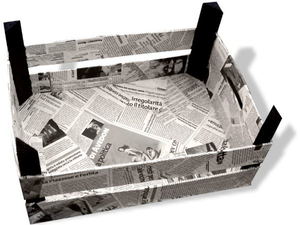 cassetta della frutta decorata con giornali