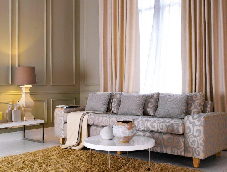 Un soggiorno grigio e rosa
