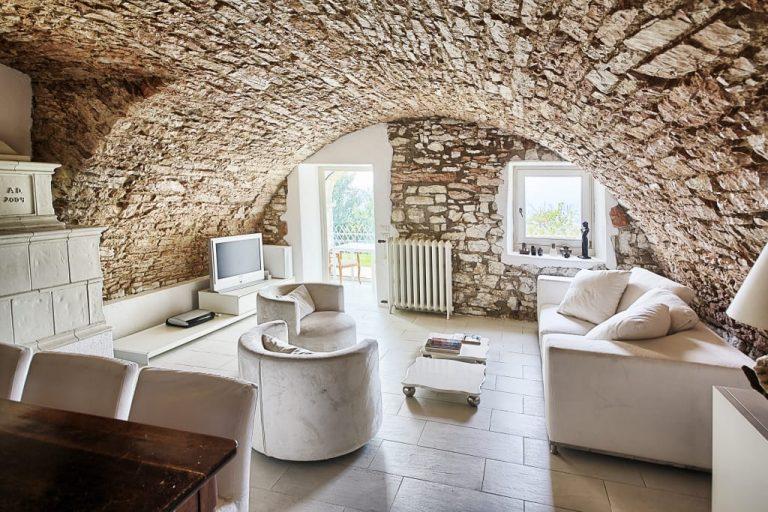 Murs en pierres apparentes dans le salon