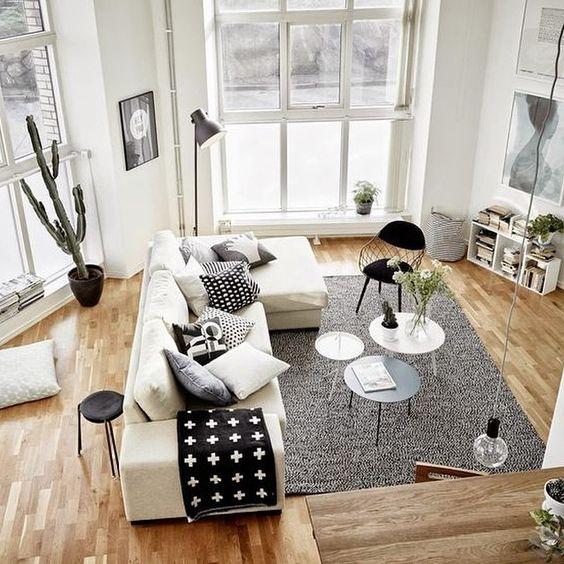 Marier blanc et bois dans le salon