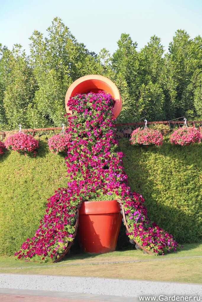 Des vases débordants de fleurs