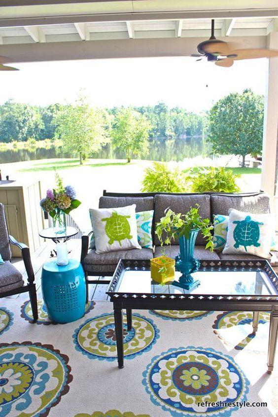 Aménager un petit angle relax sous le porche
