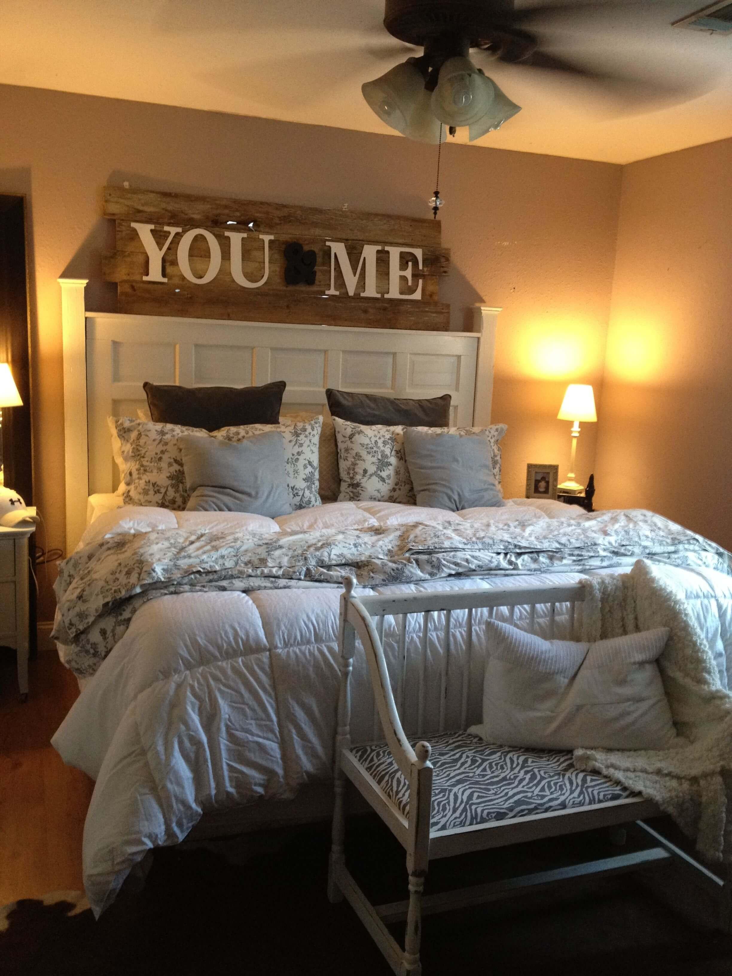 Camera da letto parete dec 15 idee per decorare con la for Camera da letto 2018