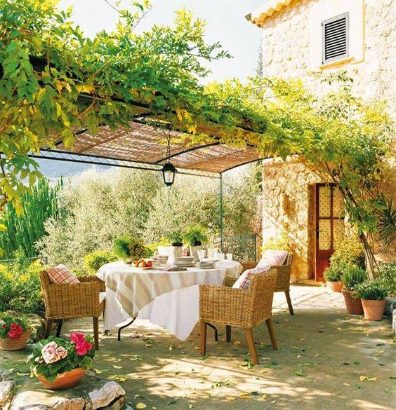 Une terrasse avec pergola