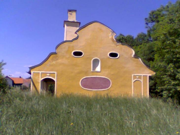 Des maisons amusantes aux étranges visages