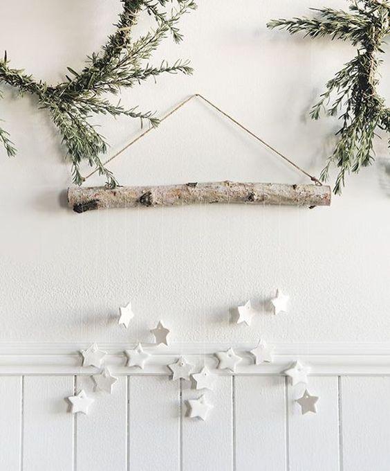 Des décorations noël avec troncs et brindilles
