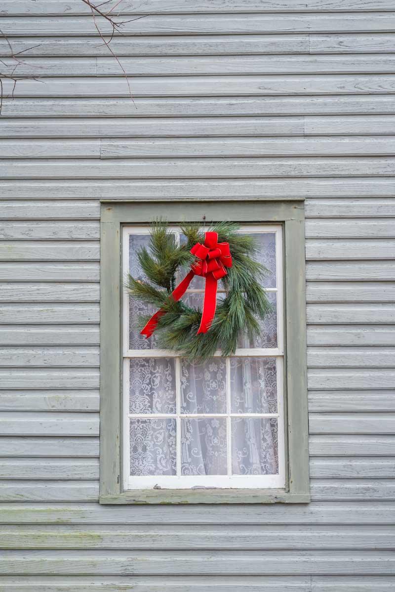 Décoration fenêtre avec couronne de Noël.