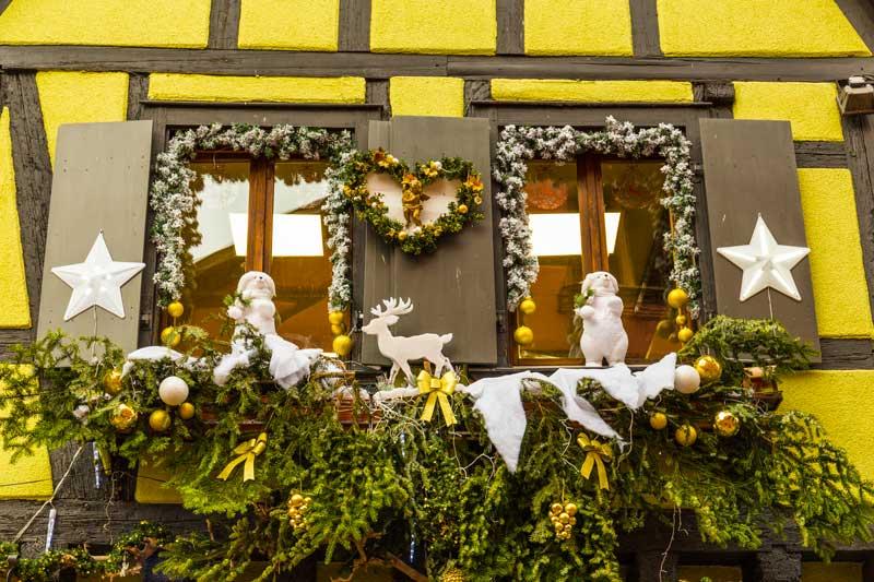 Fenêtre décorée pendant le marché de Noël de Strasbourg.
