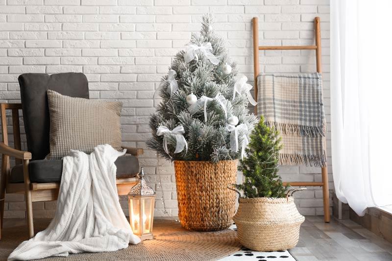 Sapin de Noël dans un panier en osier, idéal pour décorer style shabby.