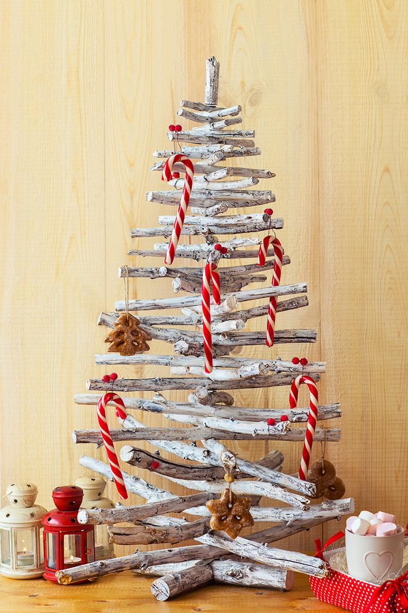 Sapin de Noël réaliser avec troncs en bois.