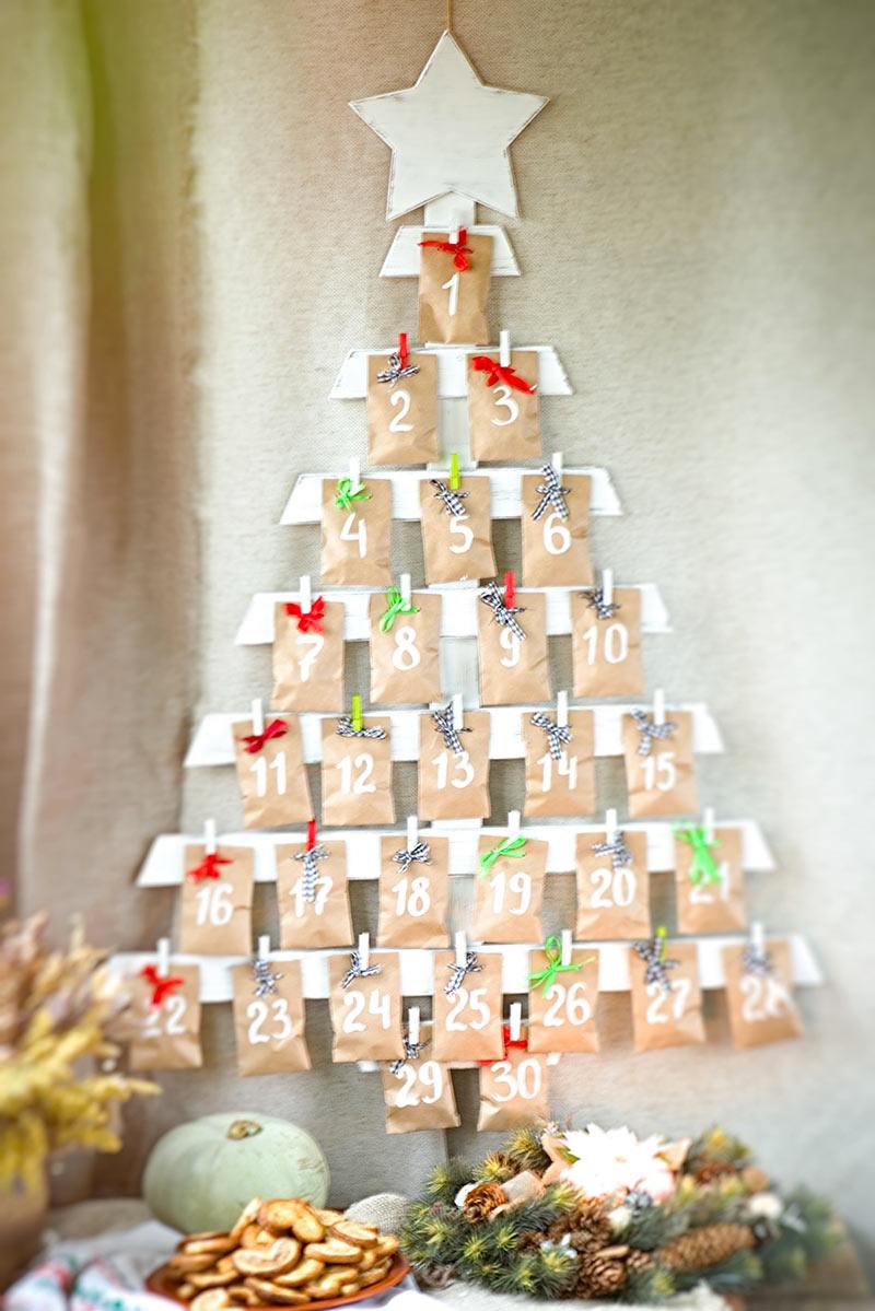 Calendrier de Noël en bois DIY en forme de sapin.