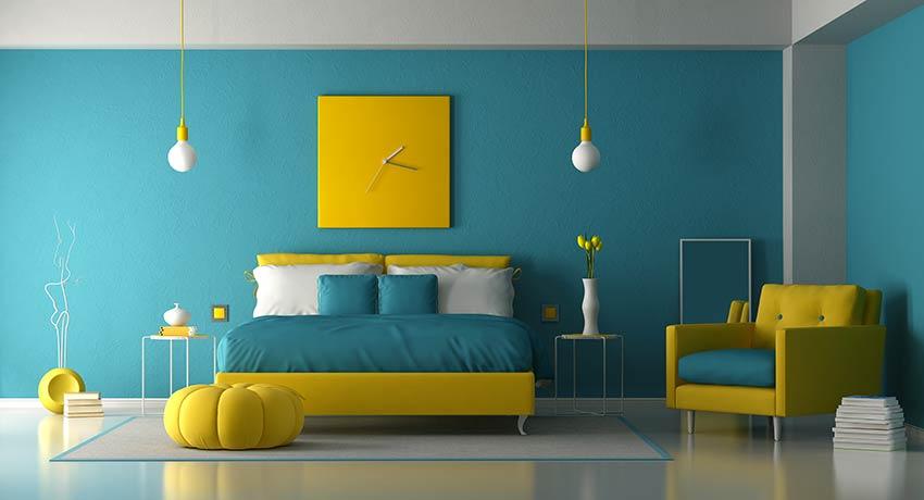 Décoration chambre à coucher pantone Bleached Coral 2020 et éléments déco jaune.