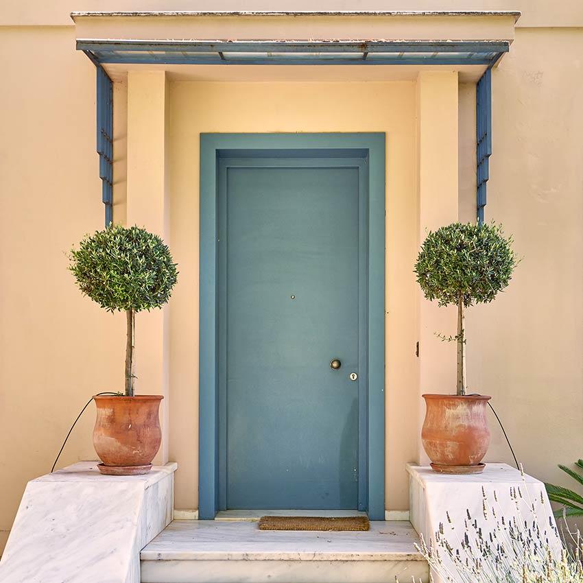 Porte d'entrée peinte en bleu Bleached Coral.