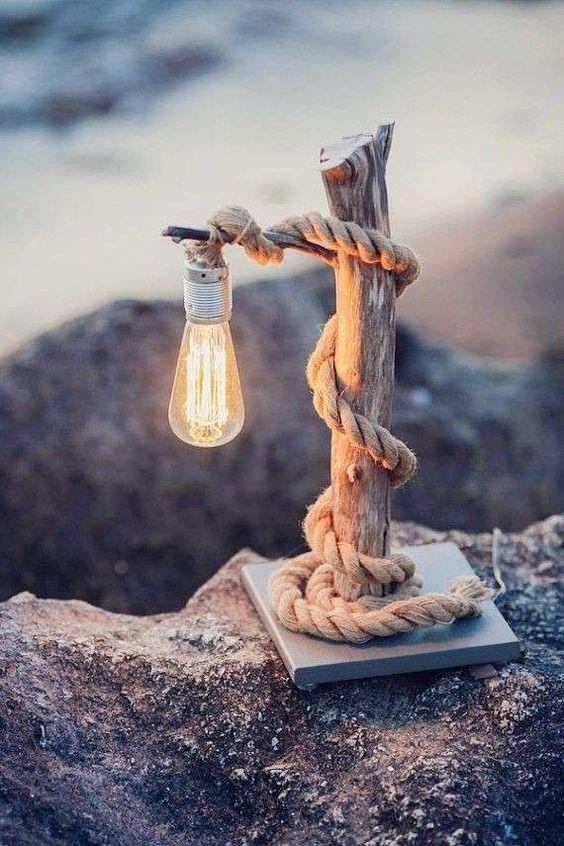 Une lampe originale faite maison, un tronc et de la corde.