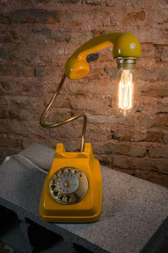 Vieux téléphone vintage transformé en une lampe design.