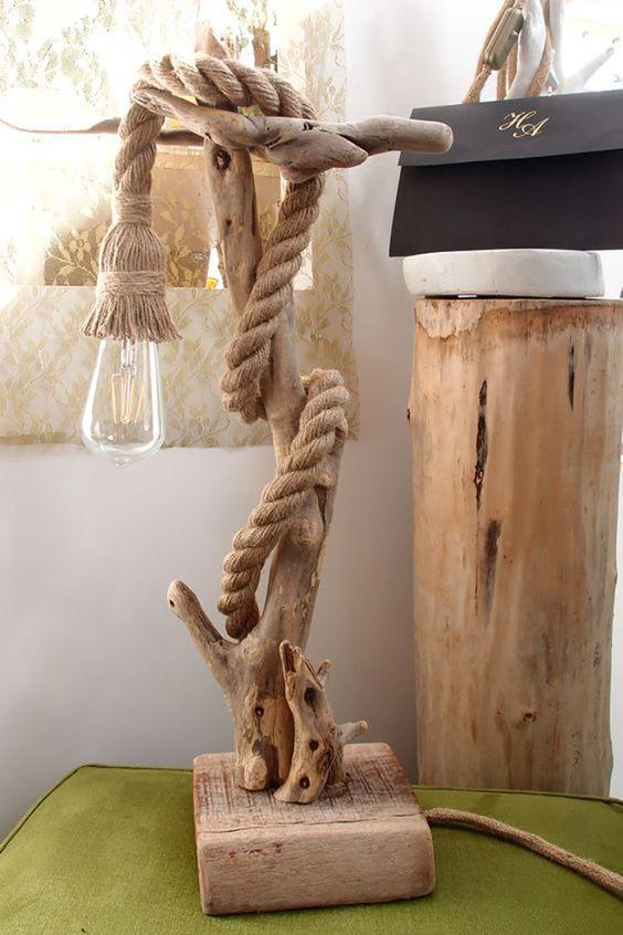 Lampe design DIY réalisée avec du bois flotté et de la corde.