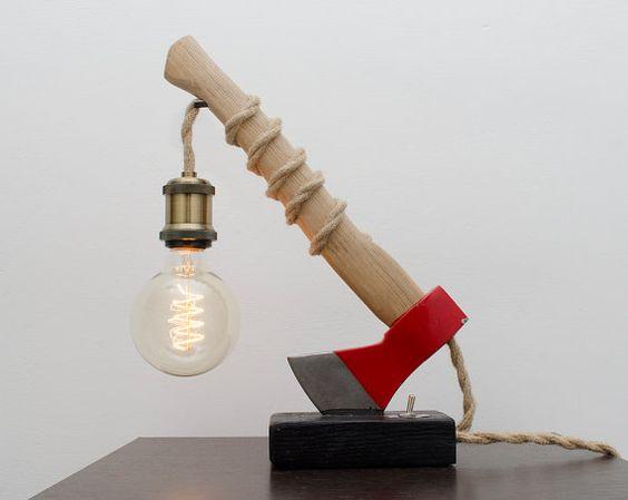 Lampe DIY réaliser avec une hache.