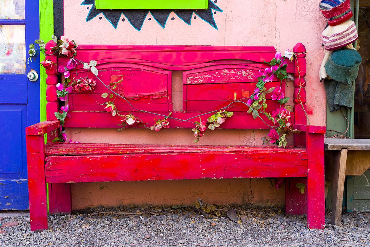 Vieux banc de jardin repeint en rose