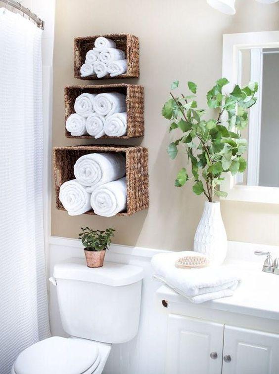 déco DIY salle de bain paniers en osier fixés au mur