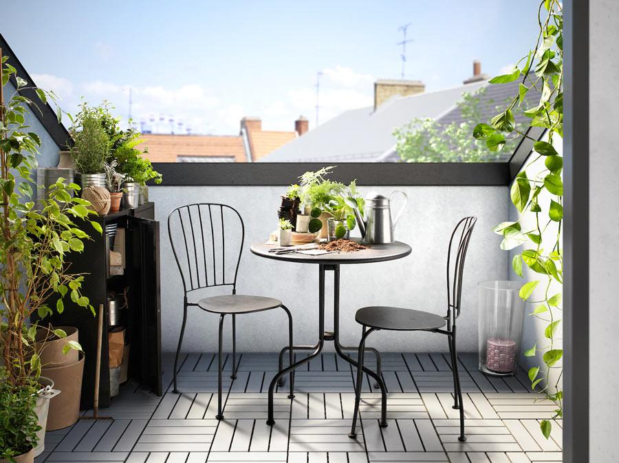 Table ronde IKEA avec 2 chaises, idéal pour la terrasse ou le balcon.
